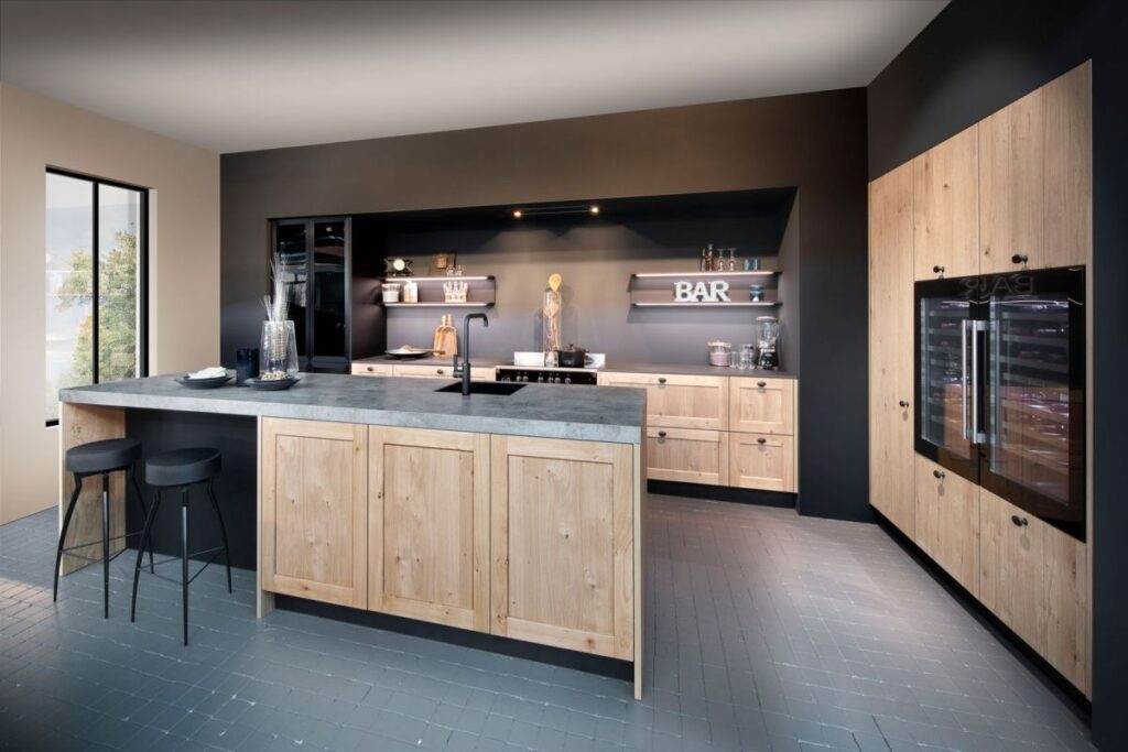 Moderne Küche aus Holz mit grauem Steinfußboden
