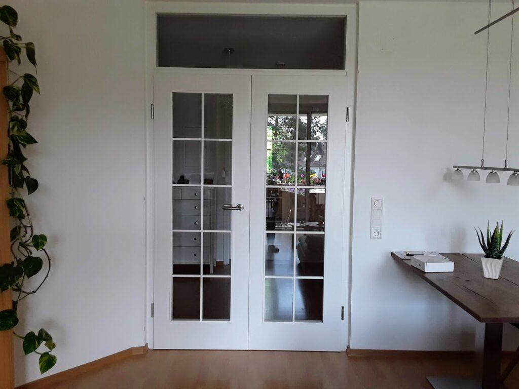 Zimmertüre aus Holz und Glas, weiß lackiert